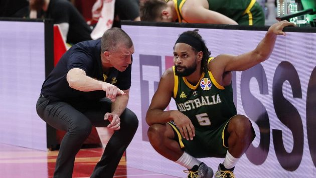 Kouč Australanů Andrej Lemanis v rozhovoru s největší hvězdou Patty Millsem v utkání o třetí místo na MS v basketbalu.