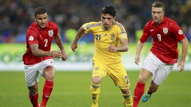Na ukrajinského fotbalistu Edmara (uprostřed) se snesla sprška rasistických útoků z řad vlastních fanoušků.