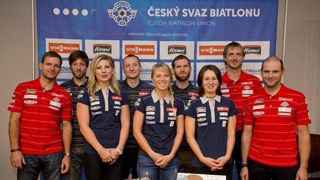 Čeští biatlonoví reprezentanti spolu s trenéry na tiskové konferenci před zahájením sezóny.