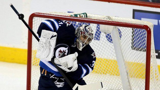 Brankář Winnipegu Ondřej Pavelec vychytal Medvědy z Bostonu a byl vyhlášen první hvězdou utkání.