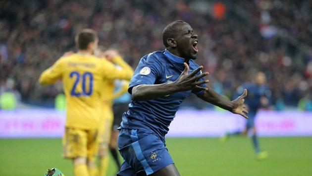 Francouzský bek Mamadou Sakho oslavuje svůj premiérový gól v reprezentaci.