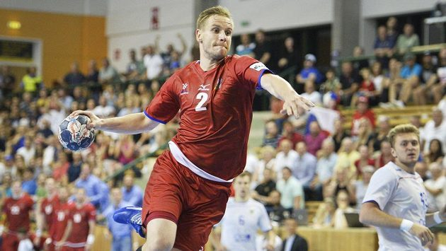 Český hráč Jakub Hrstka zakončuje akci během úvodního utkání play off kvalifikace MS házenkářů proti Rusku.
