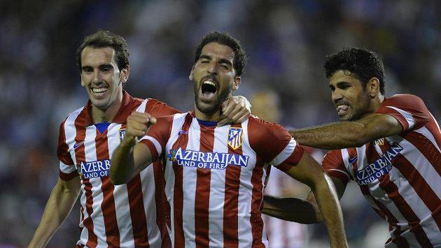 Raúl García z Atlétika Madrid (uprostřed) se raduje z gólu.