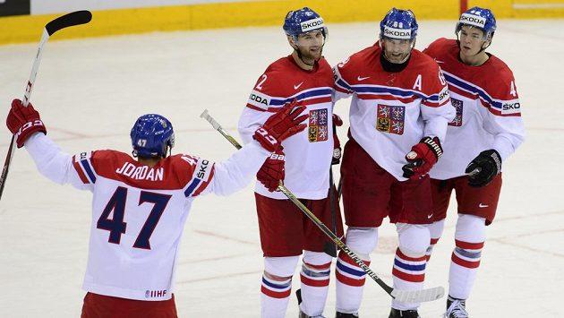 Čeští hokejisté slaví gól na MS.