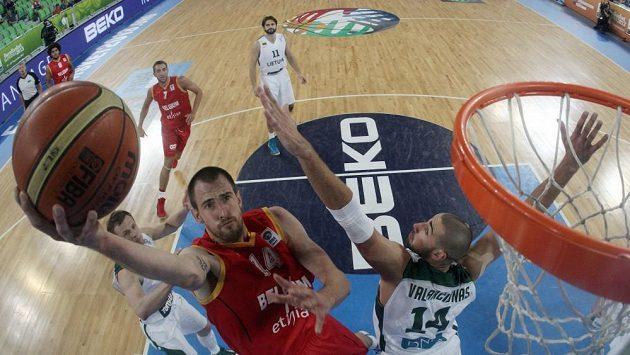 Litevský basketbalista Jonas Valanciunas (vpravo) ve výskoku s Belgičanem Sachou Massotem.