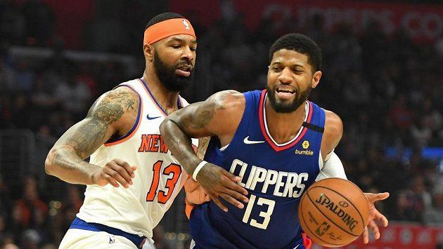 Basketbalista Los Angeles Clippers Paul George (13) a Marcus Morris Sr. (13) z New Yorku Knicks.