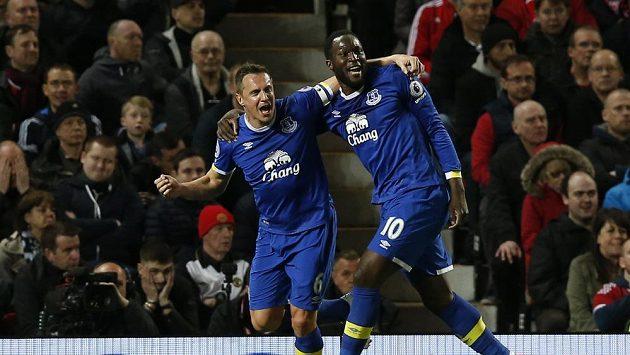 Hráči Evertonu Phil Jagielka a Romelu Lukaku slaví gól na hřišti Manchesteru United v utkání Premier League.
