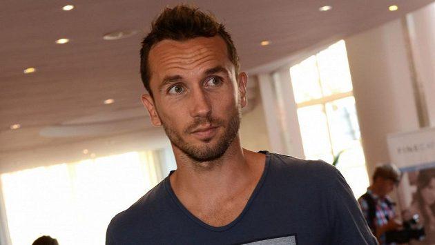 Obránce Tomáš Sivok přichází na sraz české fotbalové reprezentace.