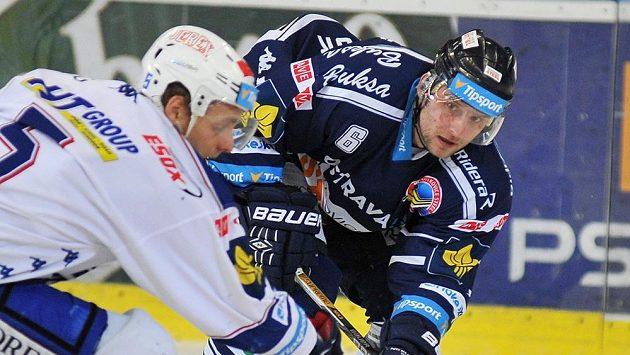 Útočník Komety Tomáš Vondráček (vlevo) a vítkovický obránce Tomáš Pastor v utkání 41. kola hokejové Tipsport extraligy.
