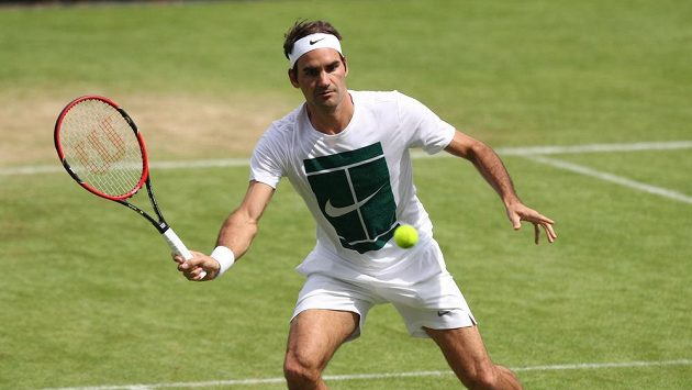 Švýcar Roger Federer během tréninku s Jiřím Veselým ve Wimbledonu.