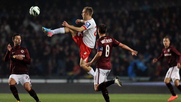 Plzeňský Daniel Kolář zpracovává míč před Markem Matějovským ze Sparty.