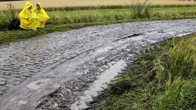 Fanoušci čekali na peloton Tour u slavných kostek z Pekla severu už od časného rána bez ohledu na déšť.