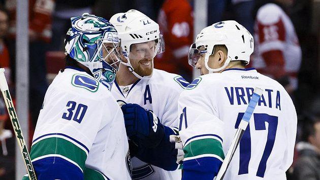 Radim Vrbata (vpravo) slaví výhru s Danielem Sedinem (uprostřed) a Ryanem Millerem.