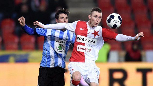 Jaromír Zmrhal ze Slavie Praha a mladoboleslavský záložník Kamil Vacek bojují o míč.