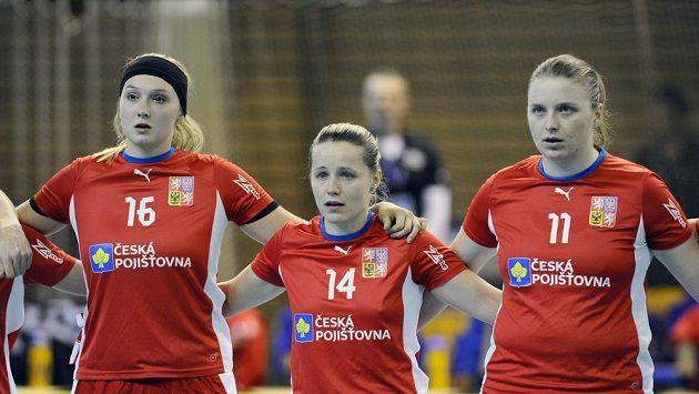 Česká florbalistka Denisa Billá (uprostřed).