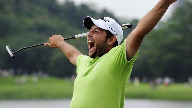 Alexander Levy se raduje z vítězství na Volvo China Open.