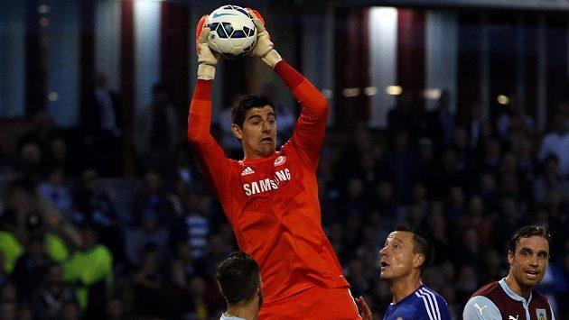 Nová brankářská jednička Chelsea Thibaut Courtois při zákroku v utkání s Burnley.