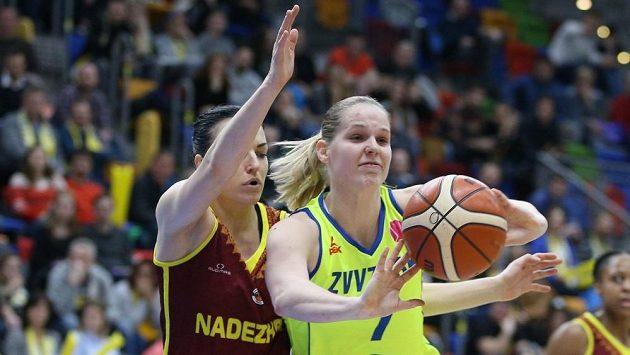 Alena Hanušová v dresu USK (vpravo) při duelu Evropské ligy s Orenburgem.