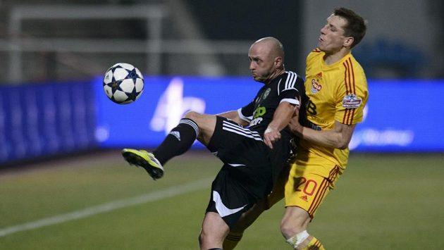 Obránce Příbrami Lukáš Pleško (vlevo) odkopává míč před Josefem Markem z Dukly.