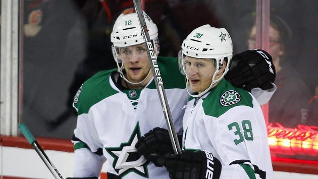 Lauri Korpikoski (vpravo) a Radek Faksa z Dallasu na ilustračním snímku z utkání v Calgary.