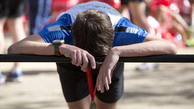 Jeden z unavených účastníků Londýnského maratónu v cíli.