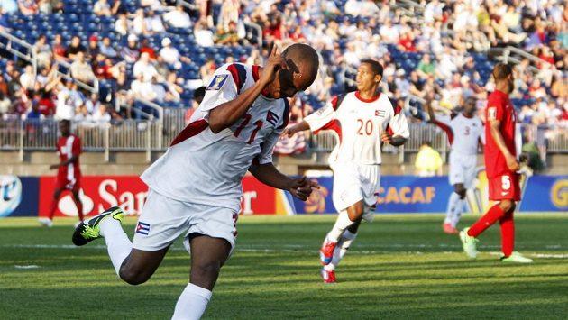 Kubánec Ariel Martínez jásá po gólu do sítě Belize.