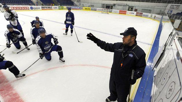 Hokejisté Komety Brno se sešli na ledě na prvním oficiálním tréninku, který vedl asistent hlavního trenéra Martin Pešout (vpravo).