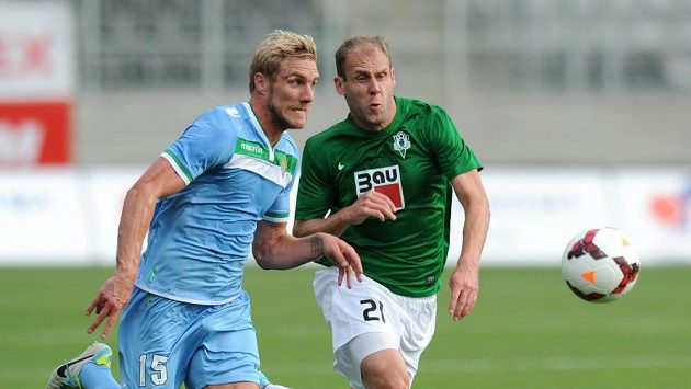 Damien Perquis z Betisu (vlevo) a jablonecký útočník Michal Hubník během utkání play off Evropské ligy.