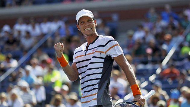 Tomáš Berdych se raduje z postupu do druhého kola US Open.