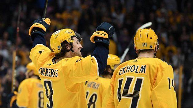Hokejisté Nashvillu se už těší na příchod finského talentu Eeliho Tolvanena. Na snímku švédské duo Filip Forsberg a Mattias Ekholm.