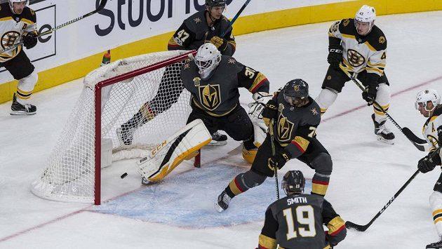 Gól Davida Pastrňáka (není na snímku) na 1:2. Puk si do vlastní brány srazil Karlsson (71) z Vegas.