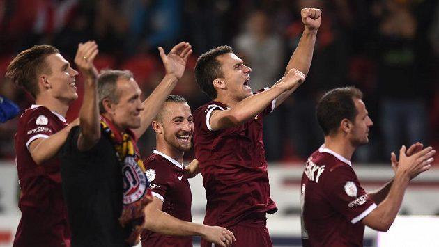 Útočník pražské Sparty David Lafata oslavuje se spoluhráči vítězství nad Slavií.