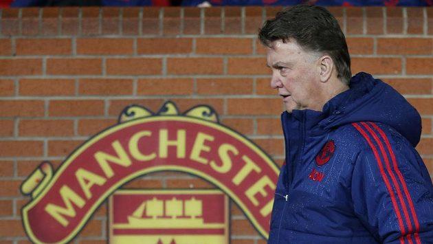 Louis van Gaal přichází na lavičku před pohárovým duelem se Sheffieldem United.