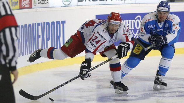 Rusa Alexandra Popova (vlevo) stíhá Fin Sami Lepisto.