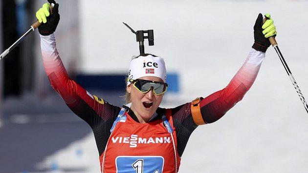 Marte Röiselandová z Norska dovezla štafetu Seveřanek do cíle na MS v Anterselvě na prvním místě.