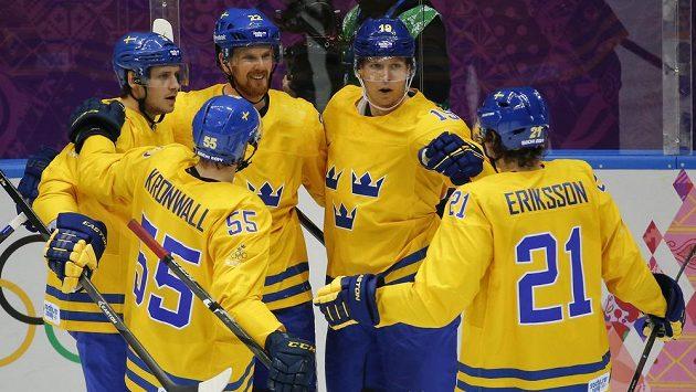 Hokejisté Švédska se radují z gólu proti Slovinsku.