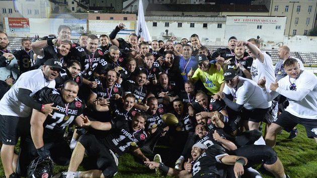 Prague Black Panthers jsou popáté za sebou českými mistry v americkém fotbale a oslavují.