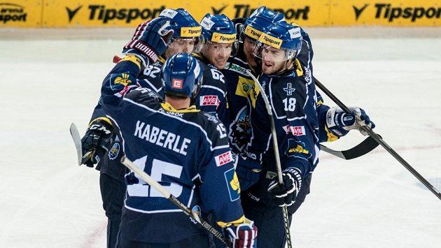 Obránce Tomáš Kaberle se raduje s kladenskými spoluhráči z gólu do sítě Bílých Tygrů.