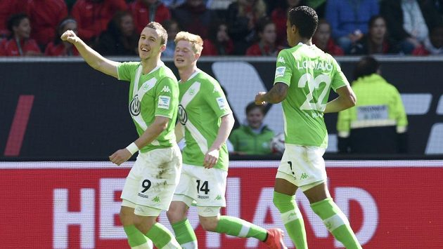 Fotbalisté Wolfsburgu se radují se střelcem Ivanem Perišičem (vlevo) z gólu.