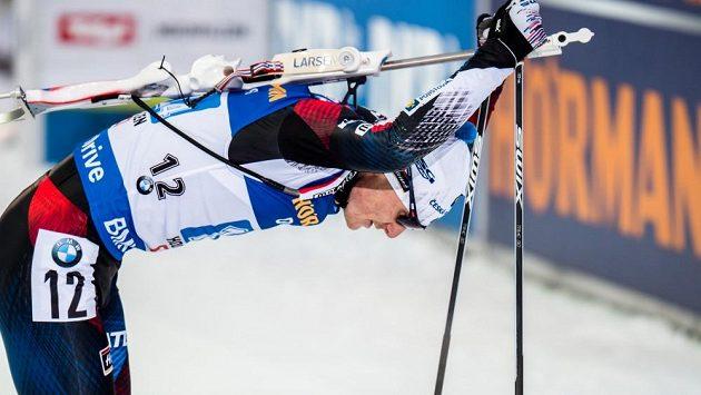 Vyšťavený Ondřej Moravec těžce vydýchává v cíli štafetového závodu.