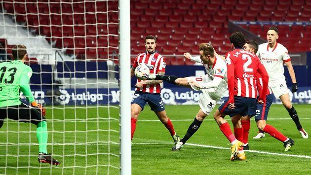 Ivan Rakitič ze Sevilly při střeleckém pokusu v ligovém duelu s Atléticem Madrid.