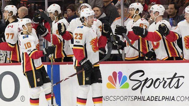 Radost hokejistů Calgary, v prodloužení porazili 5:4 Philadelphii.