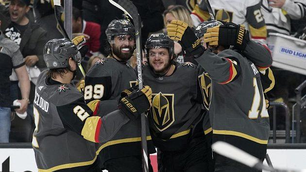 Radost v podání hokejistů Vegas Golden Knights. Mattias Janmark (třetí zleva) oslavuje se spoluhráči gól, který vstřelil v semifinále NHL proti Montrealu.