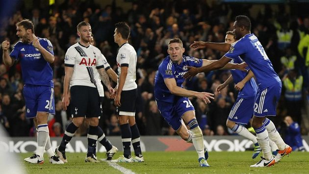 Gary Cahill (24) z Chelsea jásá po brance proti Tottenhamu.