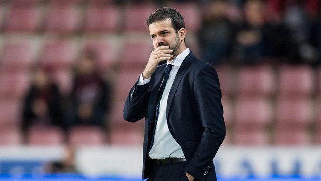 Zamyšlený trenér Sparty Andrea Stramaccioni během utkání osmifinále MOL Cupu proti Baníku.
