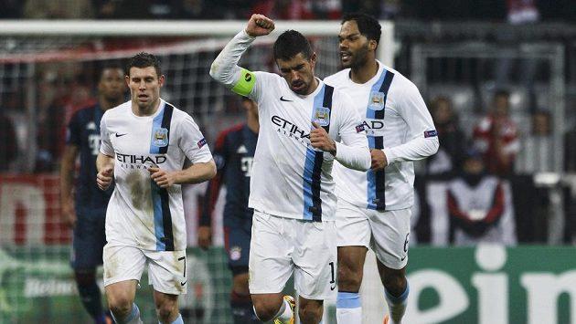 Aleksandar Kolarov z Manchesteru City (uprotřed) se raduje z gólu proti Bayernu Mnichov.