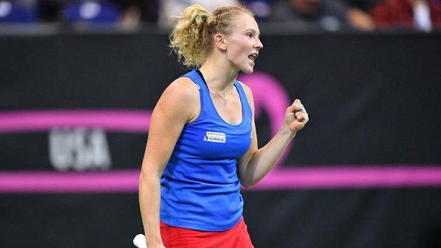 Kateřina Siniaková v zápase proti Alison Riskeové z amerického týmu ve finále Fed Cupu.