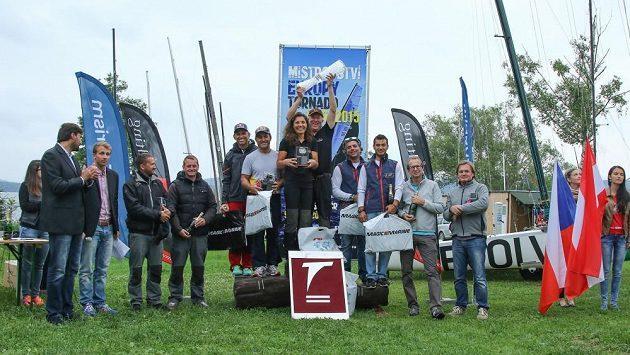 Německý manželský pár Roland a Nahid Gäblerovi (uprostřed) ovládl na Lipně mistrovství Evropy jachtařské třídy Tornado.