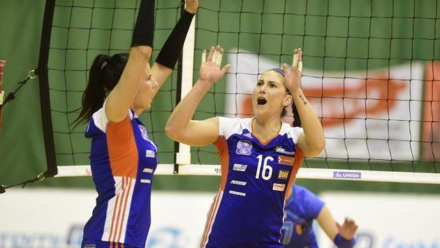 Volejbalistky Andrea Kossányiová a Veronika Strušková z Olomouce se radují.
