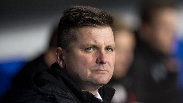 Trenér Dušan Uhrin musí zůstat pár dnů bez fotbalu.